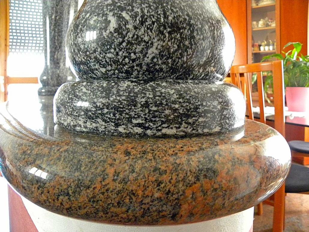 Particolare colonne interne in granito